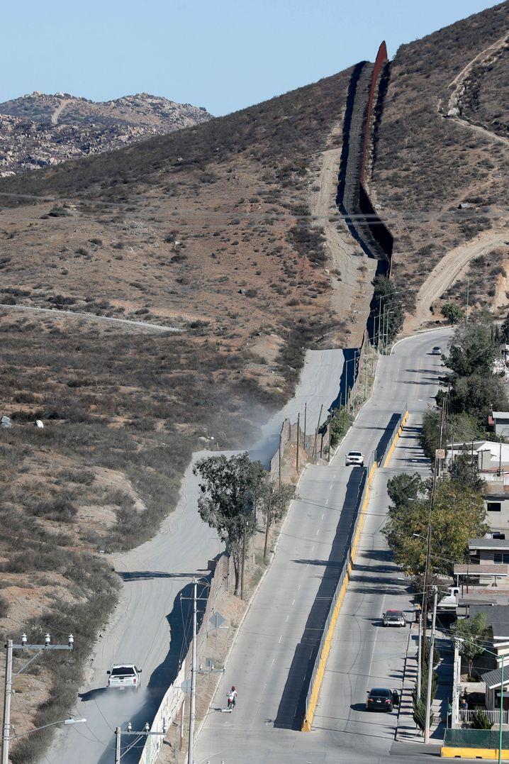 Trump will die 3200 Kilometer lange Grenze zu Mexiko komplett mit einer Mauer hohen Mauer sichern