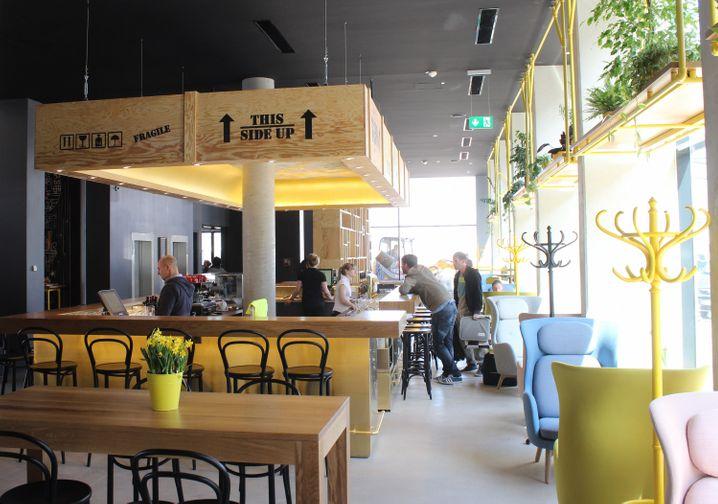 """Hip-modern sieht die Lobbybar im """"Hotel Schani"""" aus - dort ist Coworking angesagt."""