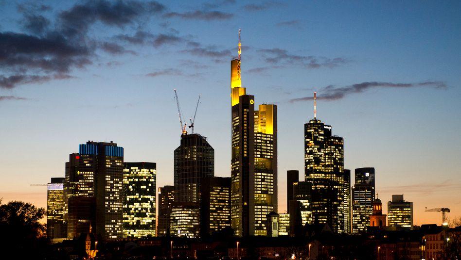 Bankentürme in Frankfurt: Boni-Beschränkungen für die Topmitarbeiter bei Banken sollen künftig unabhängig von ihrer Funktion gelten