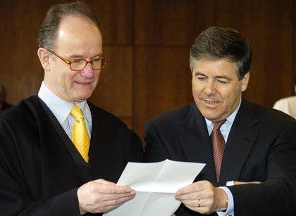 Der Starverteidiger: Ackermann mit seinem Rechtsanwalt Eberhard Kempf