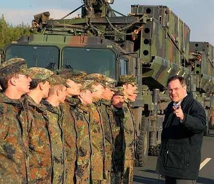 Marschbefehl Richtung Berlin: Der Haushaltsausschuss hält einen dienstlichen Umzug von Verteidigungsminister Franz Josef Jung (CDU, r) für notwendig