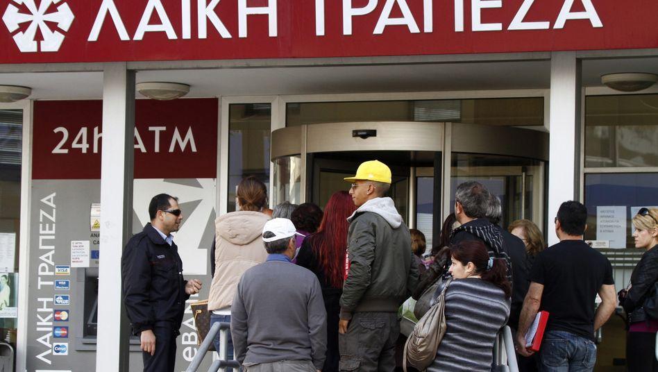 Warteschlange vor Laiki-Bankfiliale in Zypern 2013: Das Warten dauerte lange - und am Ende war die Bank dicht