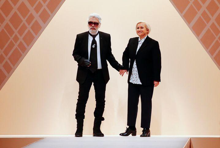 Stilvoll mit weißem Hemd: Karl Lagerfeld (hier mit Silvia Venturini) bei der diesjährigen Modewoche in Mailand