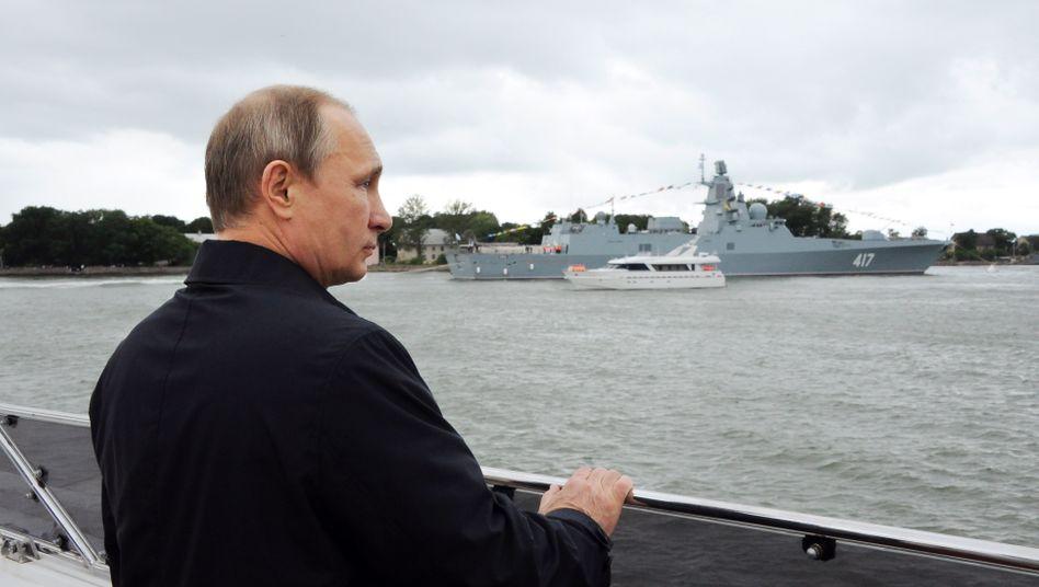 Trüber Ausblick: Russlands Präsident Wladimir Putin bei einer Marine-Schau Ende Juli