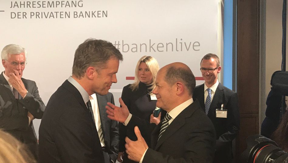 Make friends: Christian Sewing (links) mit Finanzminister Olaf Scholz Mitte April.