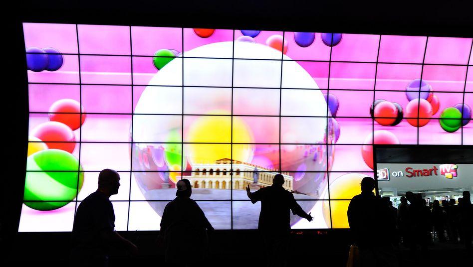 Passt nur in geräumige Wohnzimmer: LG präsentierte auf der CES einen extragroßen Smart-TV.