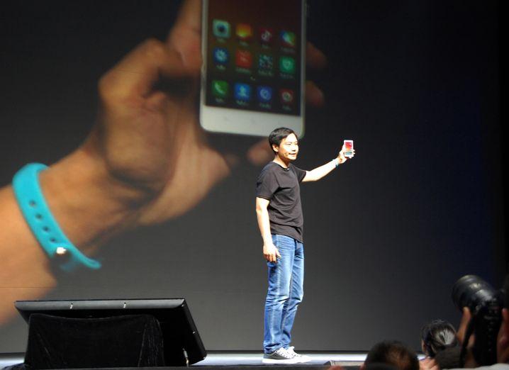 Blaue Jeans, schwarzes T-Shirt, schmuckes Handy: An wen erinnert uns Xiaomi-Chef Lei Jun damit bloß?