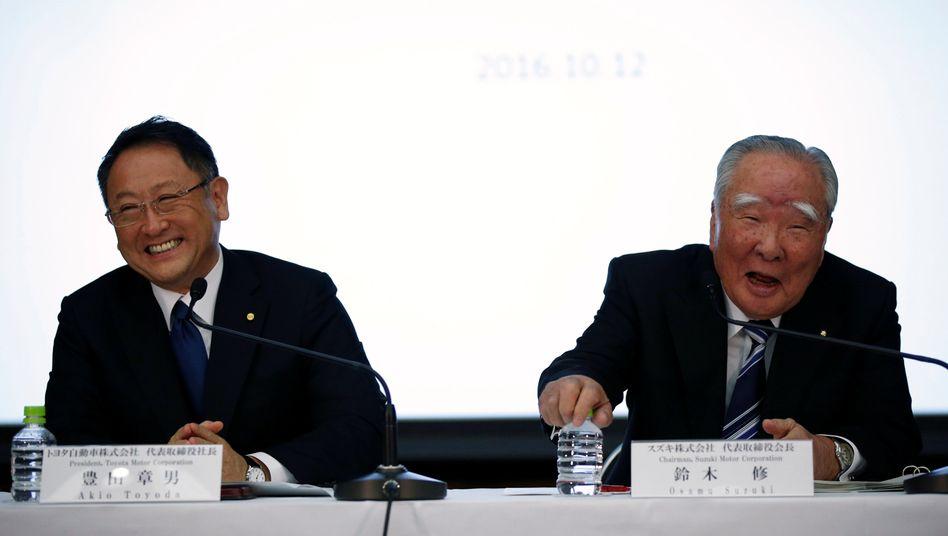 Man versteht sich: Im Oktober 2016 verkündeten der Toyota-Präsident Akio Toyoda (l) and Suzuki Motor-Chef und Chairman Osamu Suzuki den Beginn einer Partnerschaft. Jetzt sind die zwei japanischen Autobauer eine gegenseitige Kapitalbeteiligung eingegangen