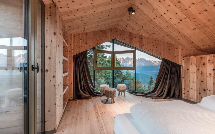 HIGH:Bei solch atemberaubender Aussicht ist es gut, dass die Lodge innen schlicht ist – und aus einem Holz, das für ruhigen Schlaf sorgt