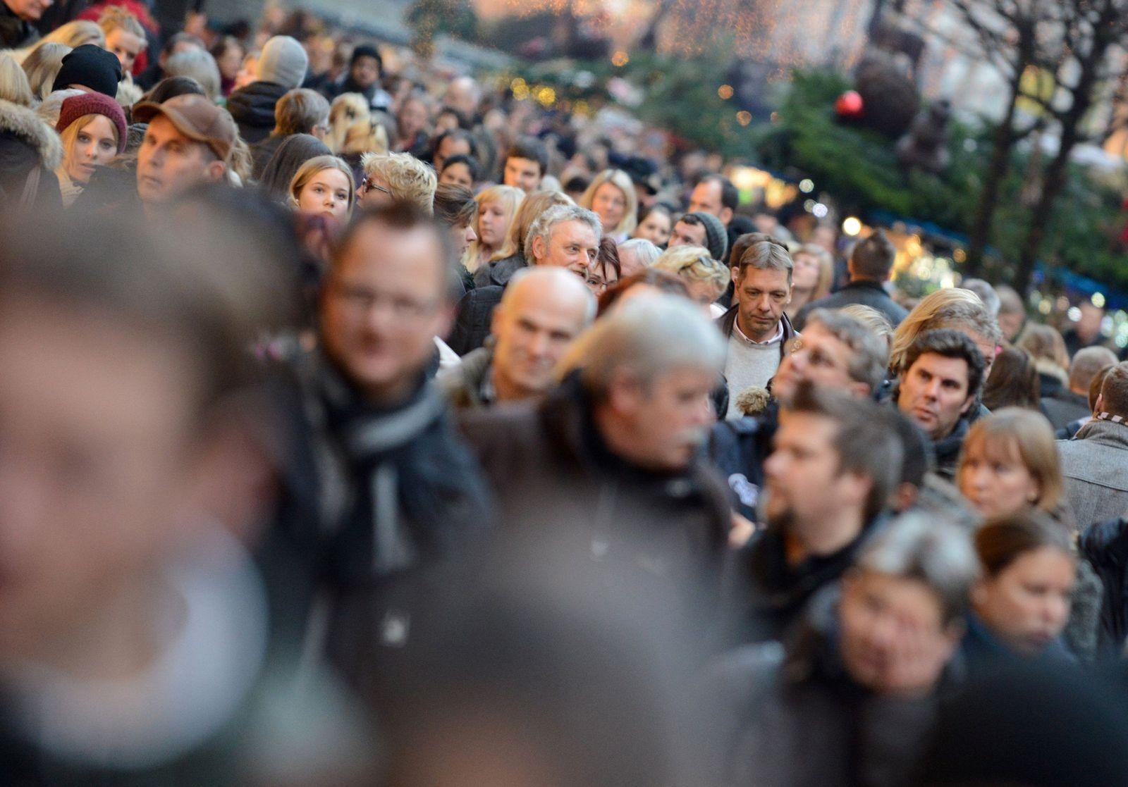 Zuwanderer / Menschen in einer Einkaufsstraße