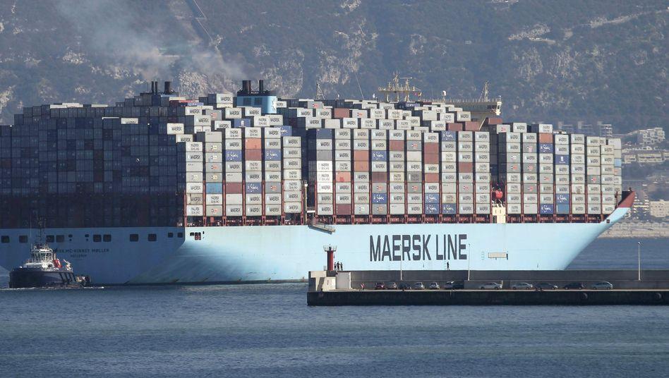 Auf dem Weg nach Asien: Der Container-Riese Maersk muss im ersten Halbjahr einen drastischen Gewinneinbruch hinnehmen und will tausende Stellen streichen. Die Branche leidet seit Jahren an fallenden Frachtraten und Überkapazitäten