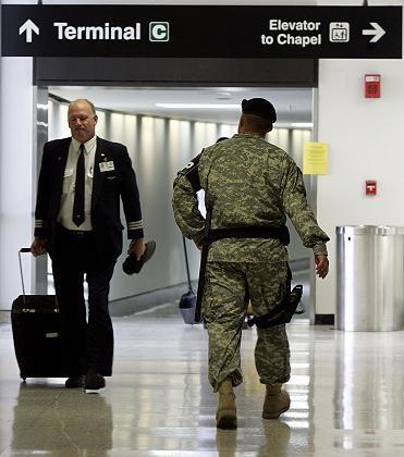 Sicher ist sicher: Geschäftsreisender auf dem Flughafen in Boston