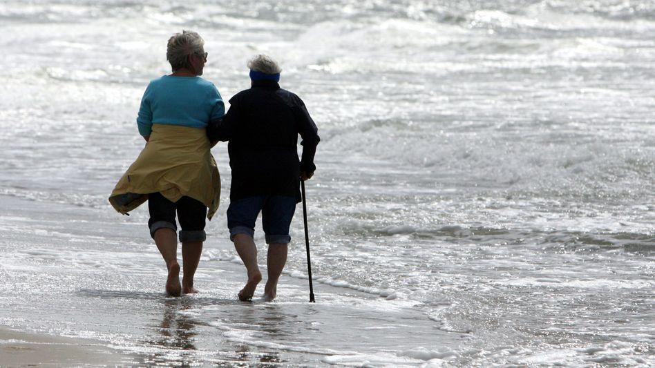 Rentner am Strand: Im Westen gibt es 2,3 Prozent mehr, im Osten 3,2 Prozent