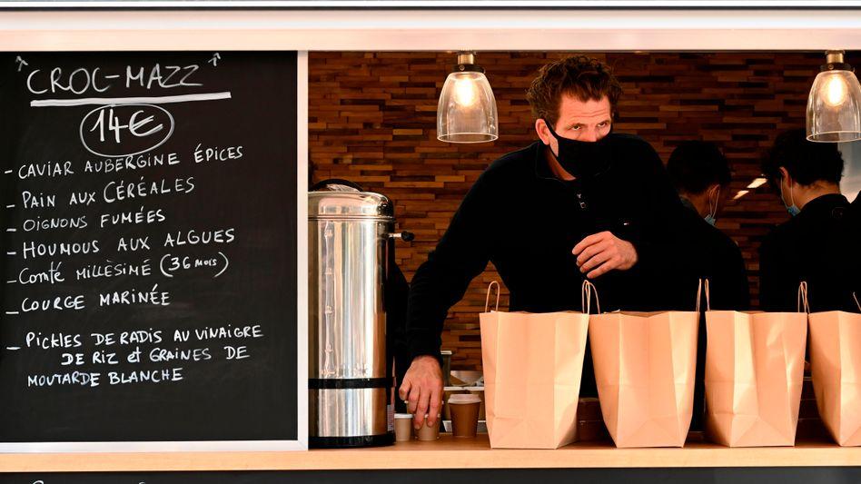 Wie ein Juwelenverkäufer: Sternekoch Alexandre Mazzia in seinem Foodtruck im November 2020 in Marseille