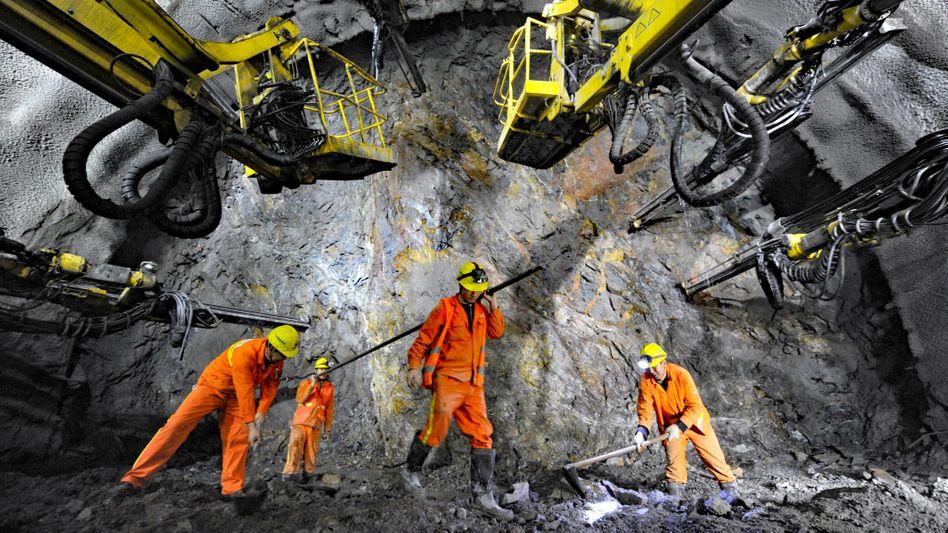 Gigantische Buddelei: Arbeiter im Tunnel für eine neue Schnellzuglinie nach Peking.