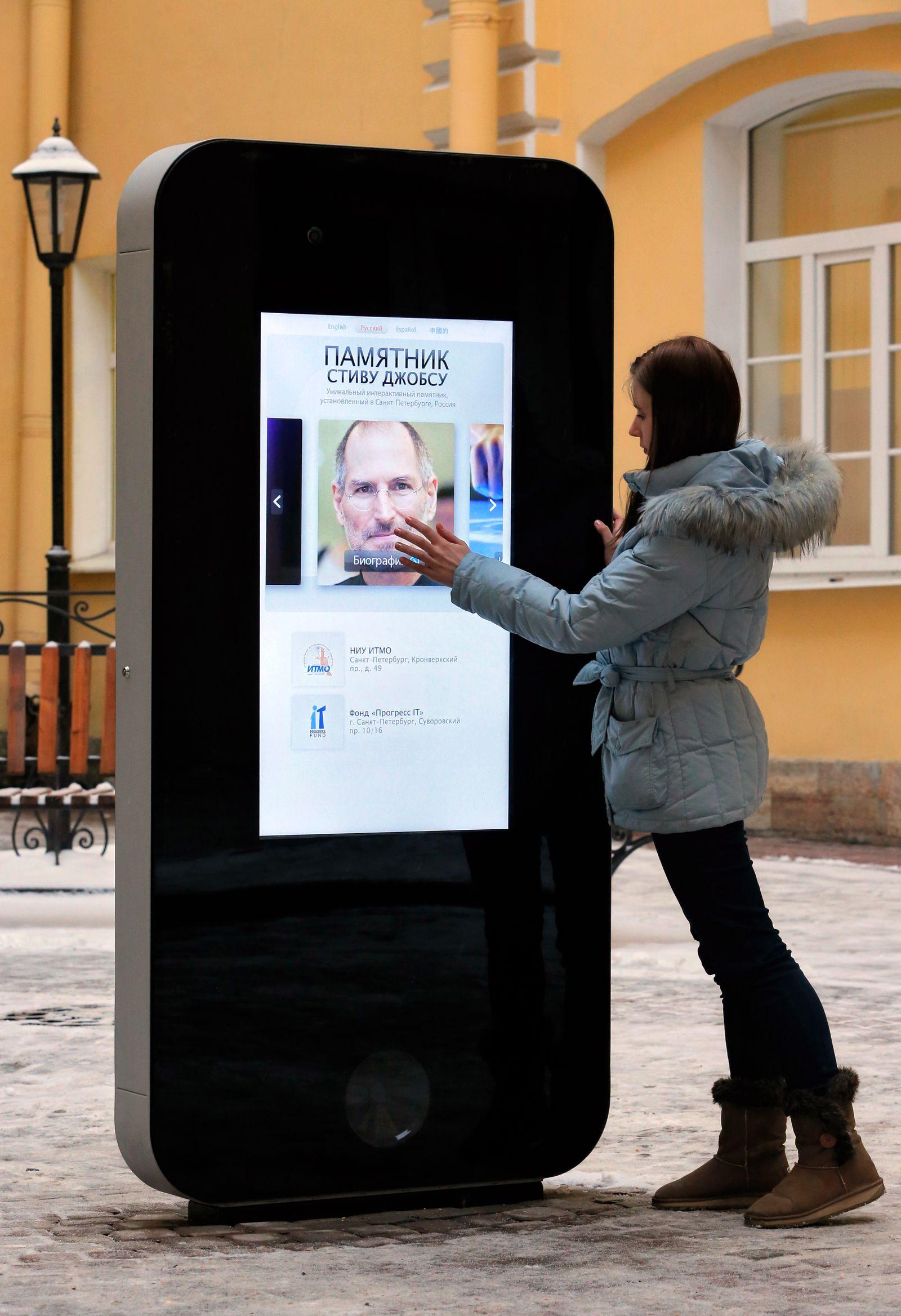 mmo St. Petersburg Universität/ Steve Jobs Denkmal (Kopie)