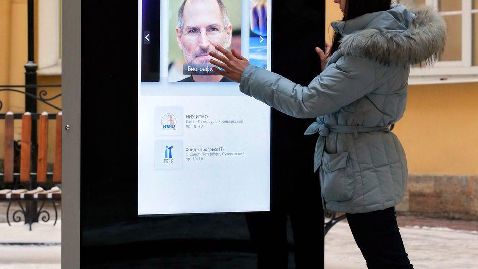 Steve-Jobs-Denkmal an der ITMO-Universität Sankt Petersburg: Apple überarbeitet seine Preisgestaltung