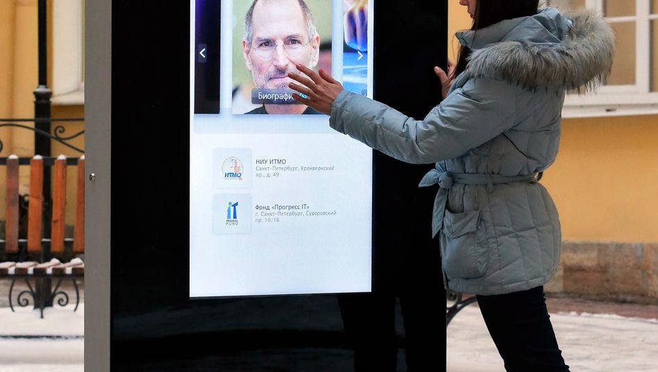 """Steve-Jobs-Denkmal in Skt. Petersburg: Der verstorbene Apple-Chef Jobs war stolz darauf, ein Dieb zu sein: """"Gute Künstler kopieren, großartige Künstler stehlen,"""" zitierte er Picasso in einem Interview. """"Bei Apple haben wir stets schamlos Ideen gestohlen."""""""