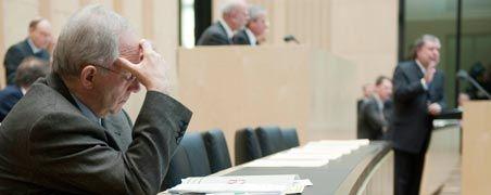 Vor der Abstimmung im Bundesrat: Bundesfinanzminister Wolfgang Schäuble (CDU) lauscht dem rheinland-pfälzischen Ministerpräsidenten Kurt Beck (SPD)