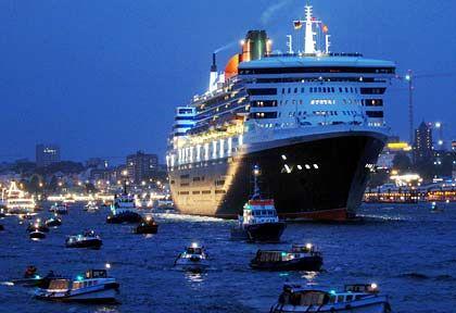 """Gibt den Titel des größten Passagierschiffs der Welt ab: """"Queen Mary 2"""" beim Einlaufen in den Hafen von Hamburg"""