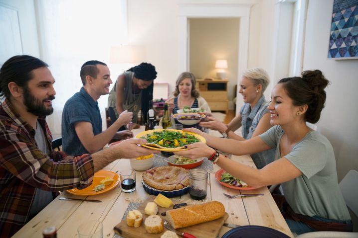 """Gemeinsam kochen, gemeinsam essen und dann vielleicht noch mehr? Kochkurse, bei denen man den Partner fürs Leben oder einfach neue Leute kennenlernt, boomen. Das Magazin """"Foodie"""" hat undercover mitgekocht."""