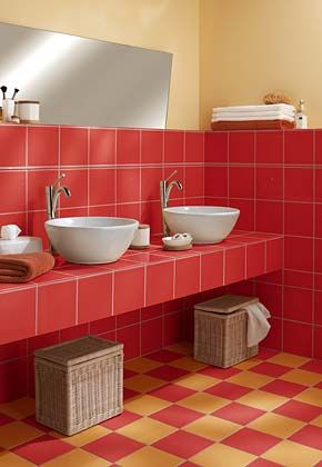 Badezimmer in Rot und Beige