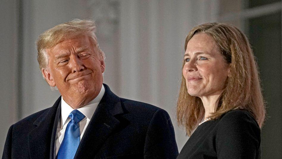 Donald Trump mit Richterin Amy Coney Barrett: Die konservative Oberste Richterin wurde noch eine Woche vor der Wahl vereidigt - auf Lebenszeit.