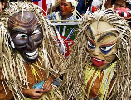 """Maskiert: In der Südsee eine Tradition. Genau wie das """"Tabu"""", was so viel wie """"Finger weg"""" heißt. Rentnerlobbyisten wäre es das Liebste, wenn das auch für die Rente gälte."""