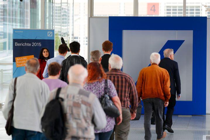 Aktionäre auf dem Weg zur Hauptversammlung der Deutschen Bank