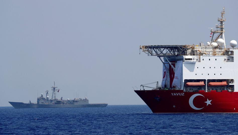 Bohrschiff Yavuz in Begleitung einer türkischen Fregatte im östlichen Mittelmeer (Archivbild von August 2019)