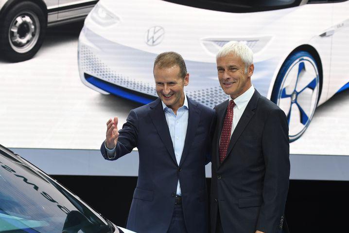 Herbert Diess (links) löst Matthias Müller an der Spitze des Volkswagen-Konzerns ab. Müller verlässt das Unternehmen mit sofortiger Wirkung.