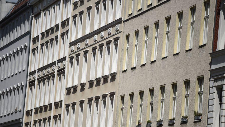 """Wohnungen in Berlin: Die Strategie des Berliner Senats lautet """"Bauen, kaufen, deckeln""""."""