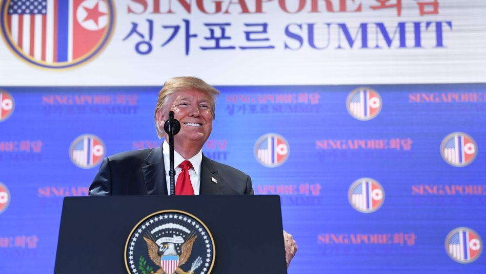 Donald Trump genießt sichtlich den Auftritt vor der Presse in einem Hotel in Singapur