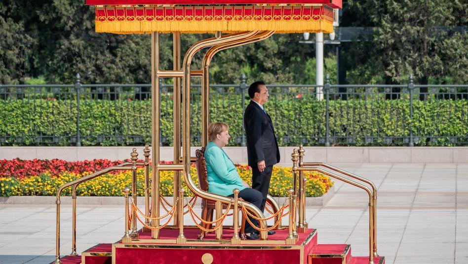 Angela Merkel, Li Keqiang in Peking: Empfang mit militärischen Ehren