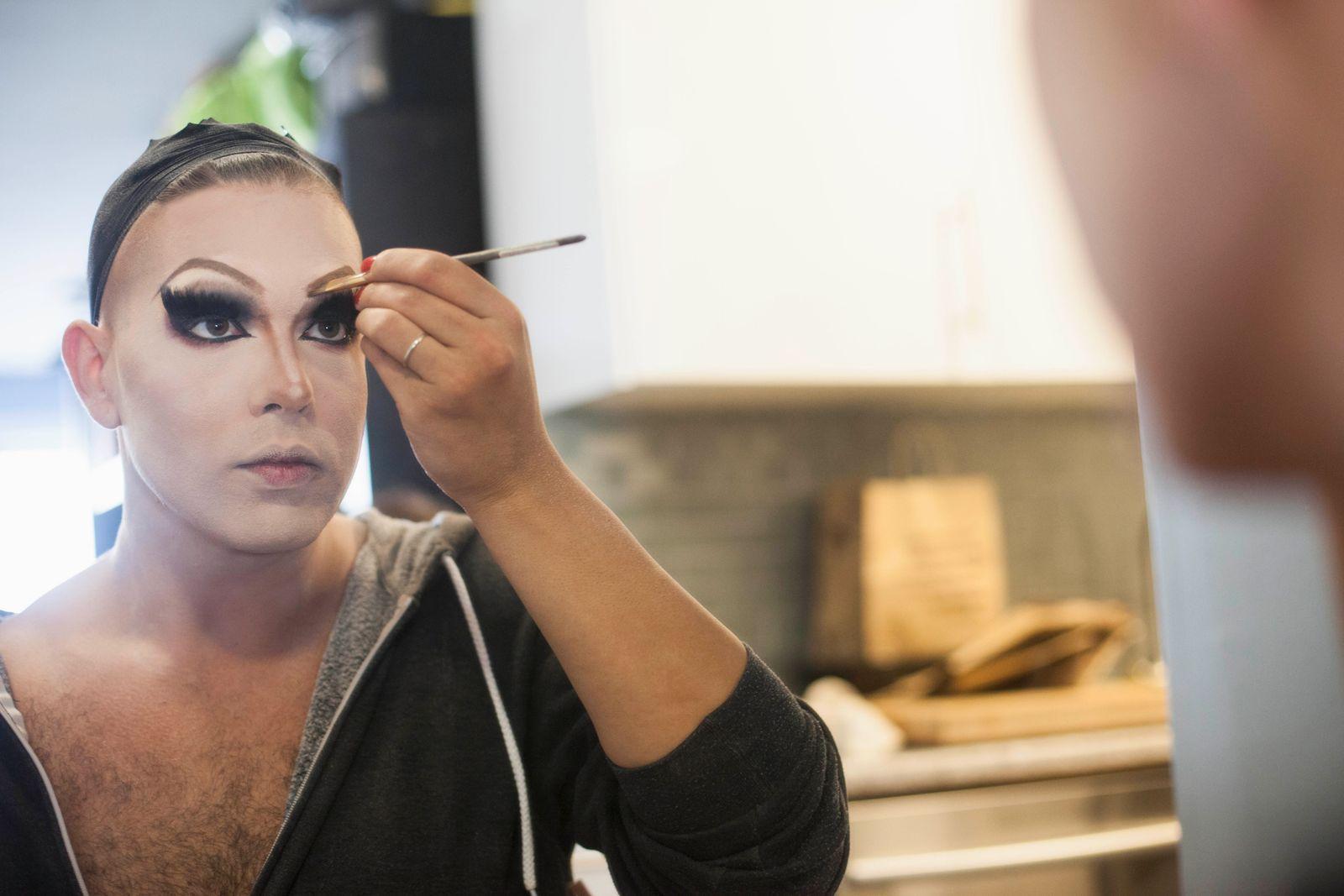 NICHT MEHR VERWENDEN! - Young man applying drag makeup