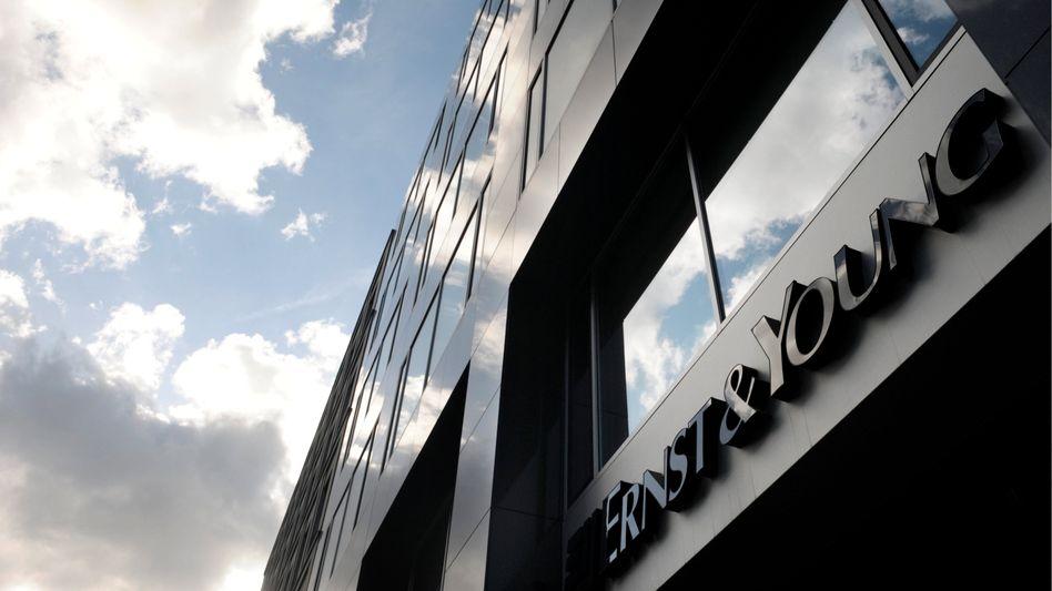 Späte Folgen: Die New Yorker Staatsanwaltschaft fordert 150 Millionen Dollar Gebühren zurück und Schadensersatz von Ernst & Young