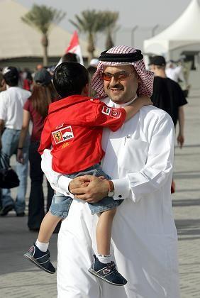 An der Begeisterung fürs Auto fehlt es nicht: Ein kleiner und ein großer Ferrari-Fan in Bahrein