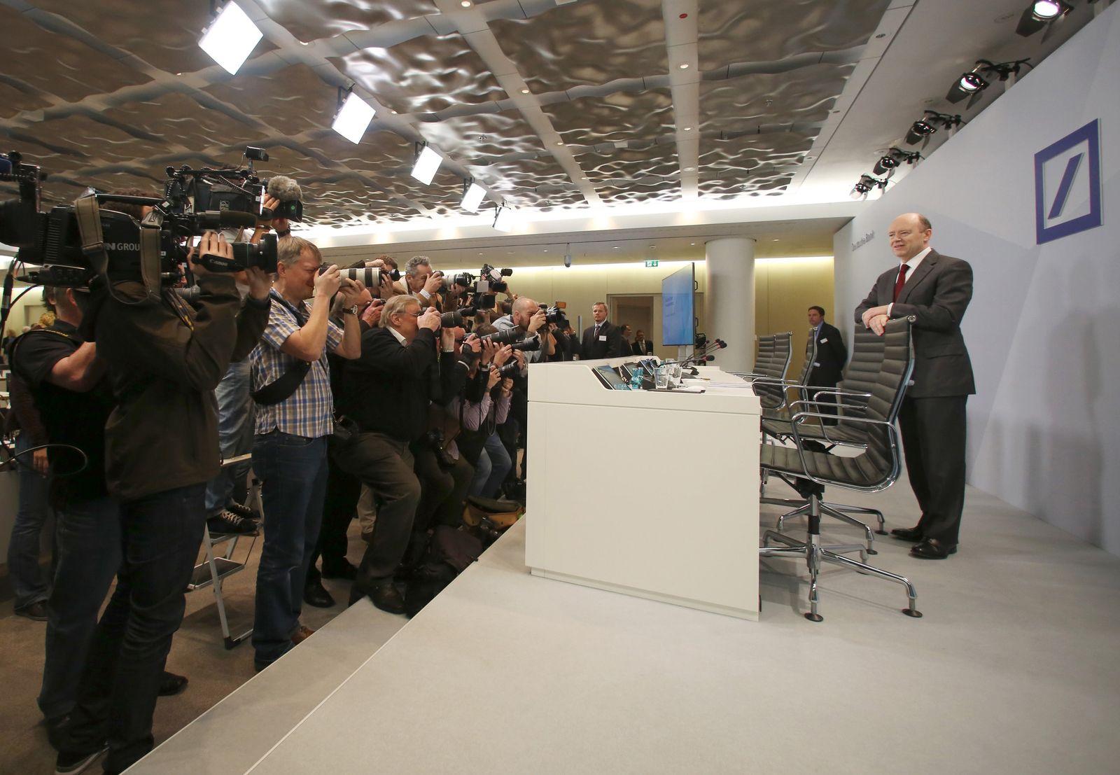 John Cryan steht vor der Presse