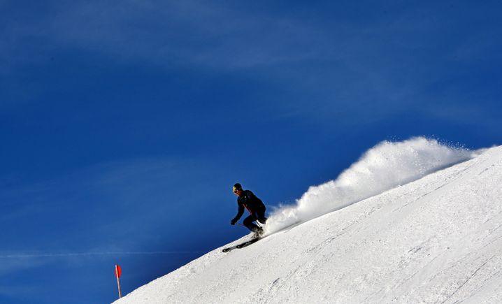 Skifahrer bei strahlend blauem Himmel