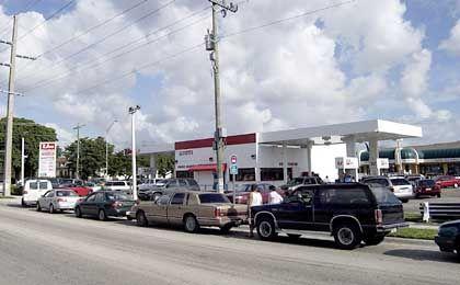 Schlange stehen für Benzin: Tankstelle im Bezirk Sweetwater bei Miami