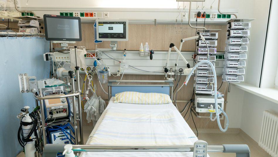 Intensivbett in Dresdener Krankenhaus: Angesichts des Mangels an Medizintechnik und Schutzausrüstung wollen Industriebetriebe aushelfen