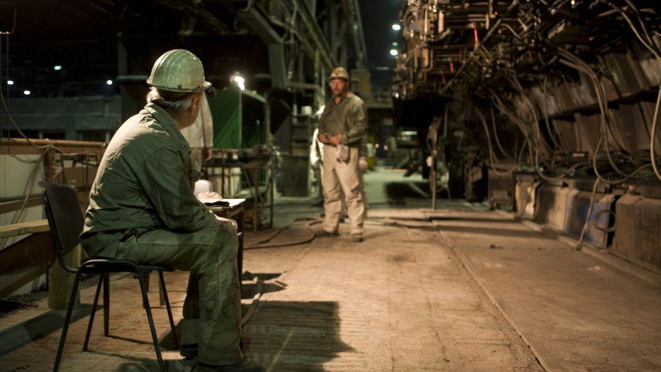 Stahlarbeiter in einer Produktionshalle der Brandenburger Elektrostahlwerke - gesunde Menschen Anfang 60 sind voll leistungsfähig und möchten meist noch garnicht in Rente gehen