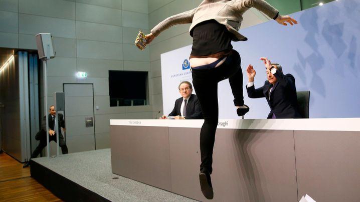 Schrecksekunde: EZB-Präsident Draghi wird attackiert