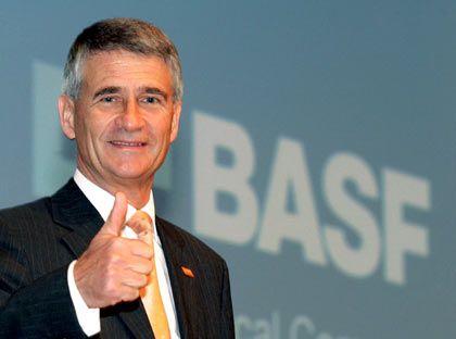 Daumen hoch: BASF-Chef Jürgen Hambrecht gibt sich optimistisch, dass die Engelhard-Übernahme noch klappt
