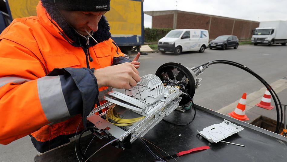Ein Techniker arbeitet an einer 5G-Testanlage des Mobilfunkers Vodafone