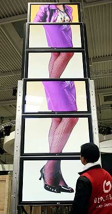 Keine Beinarbeit: Die Flatscreens am LG Electronics-Stand scheinen noch etwas ungeordnet