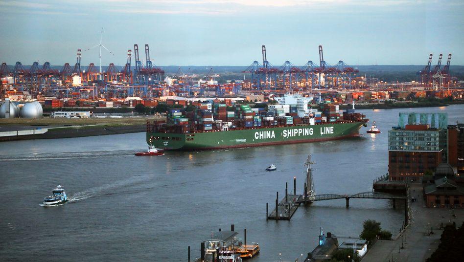 Chinesisches Containerschiff auf der Elbe: Der Handelsstreit zwischen den USA und China belastet die Exportnation Deutschland