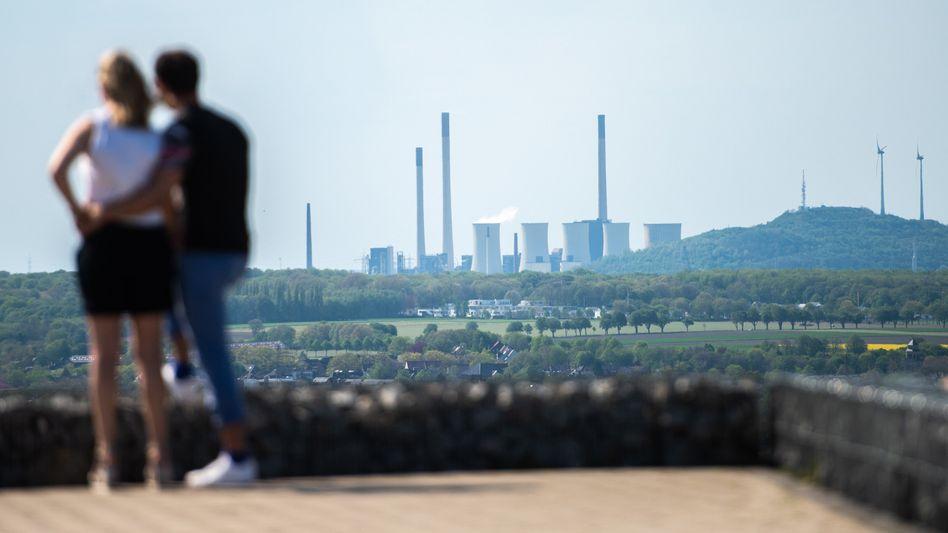 In the money: Blick auf Kohlekraftwerk und Windräder in Gelsenkirchen