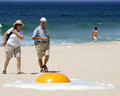 """""""Big Chook"""" des Australiers Jeremy Parnell: Der Künstler fühlte sich inspiriert durch die in der Sonne bratenden Strandfans"""