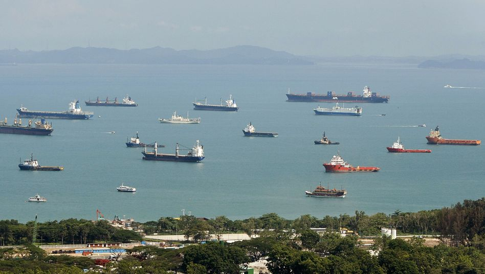 Wartende Schiffe vor Singapur: Apollo kauft bei Ideenkapital-Fonds günstig weitere Frachter ein